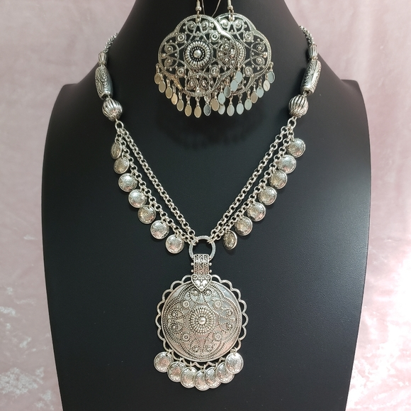 Vintage Avon Silver Tone Necklace & Earrings Set